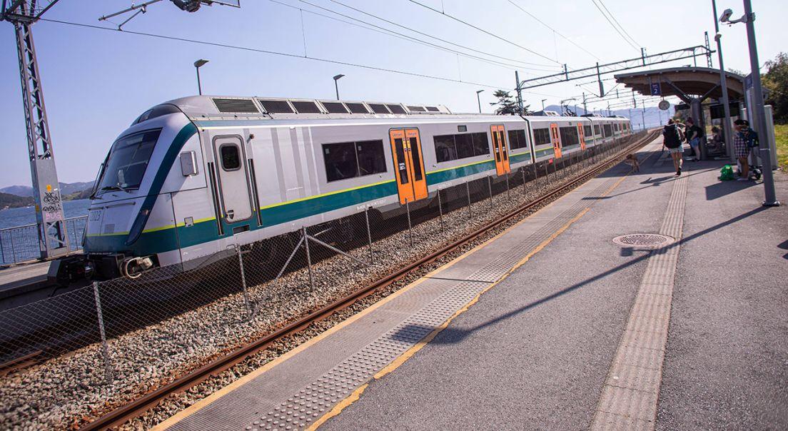 Mariero stasjon med et tog på perrongen