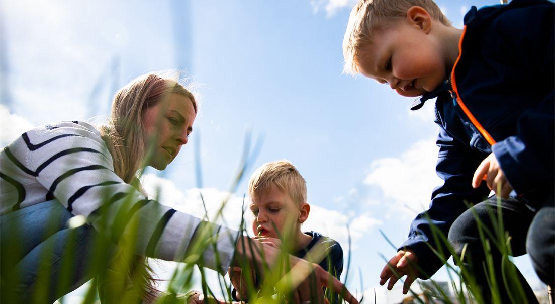 Bilde av en mor og to sønner på Fornebu
