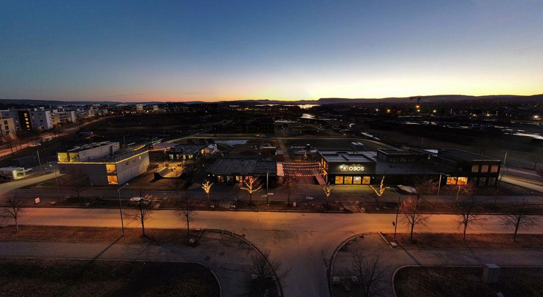 OBOS Fornebu med visningssenter på kveldstid.