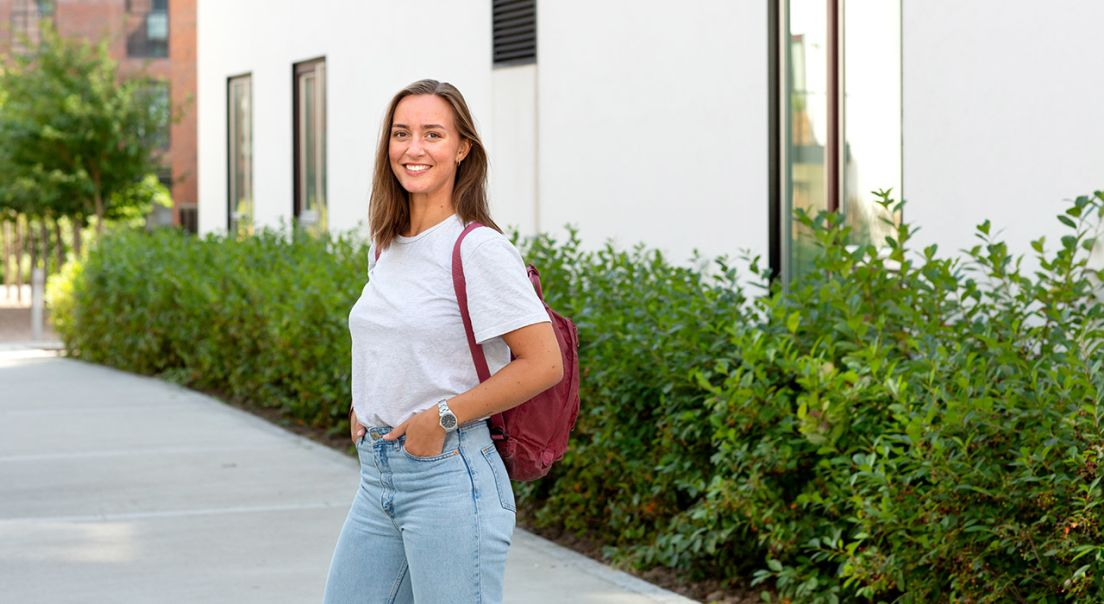 Ung kvinne med en sekk på ryggen