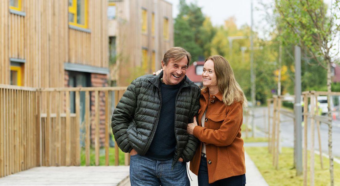 En mann og kvinne som ler