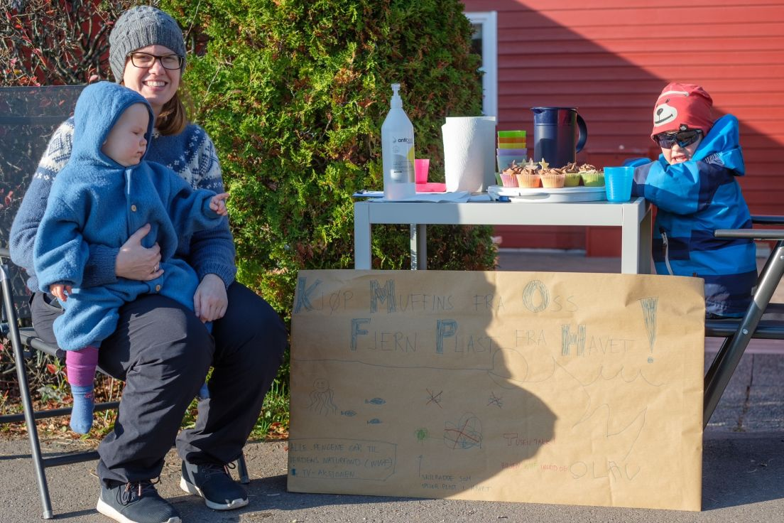Bilde av Olav, Ingrid og mamma ved muffins-standen deres