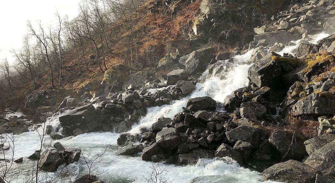 Fossende vann gjennom en steinrøys