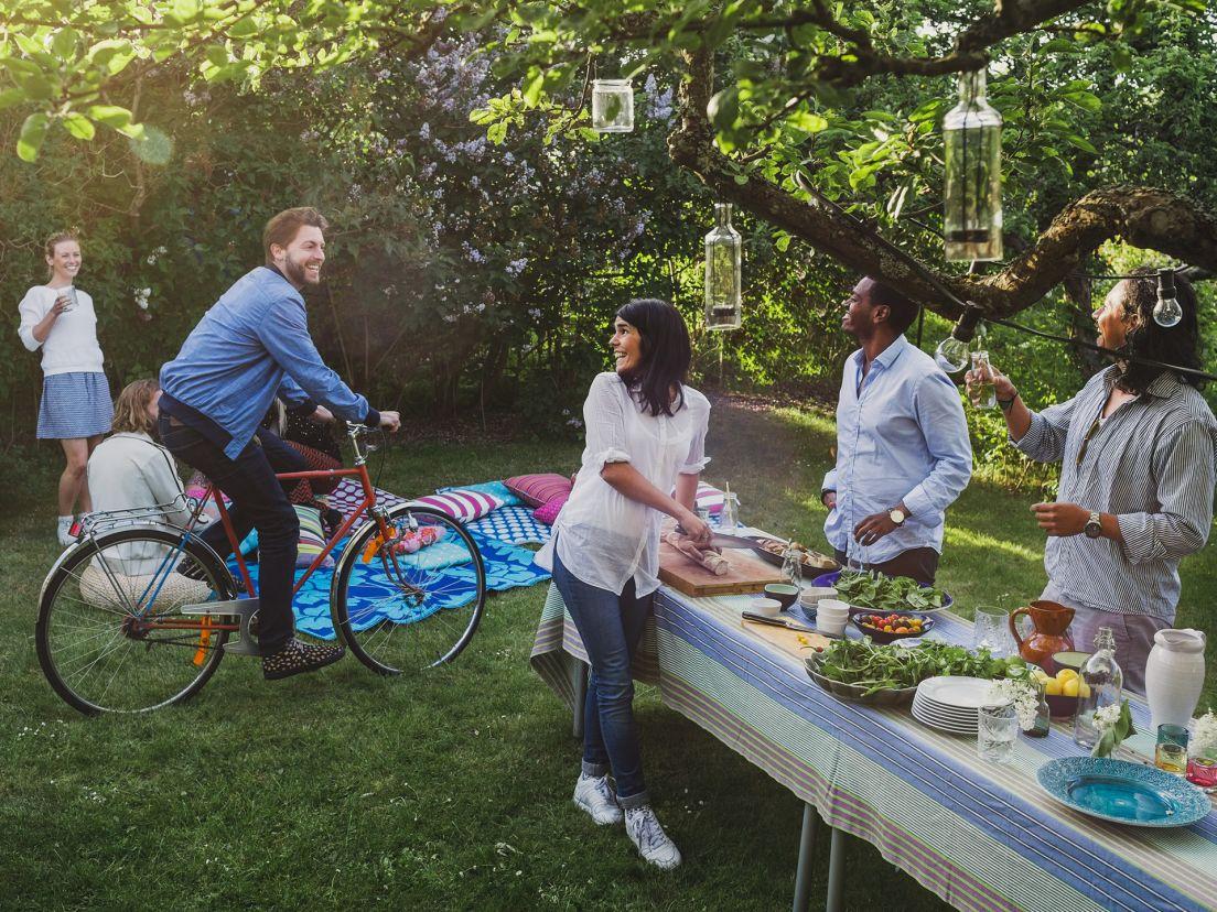 Personer umgås i en trädgård tillsammans