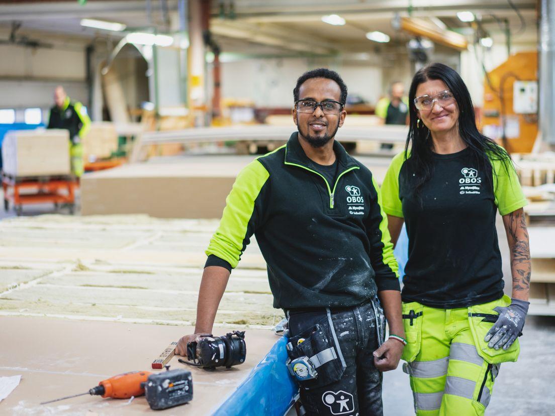 En tjej och en kille som arbetar på en OBOS fabrik