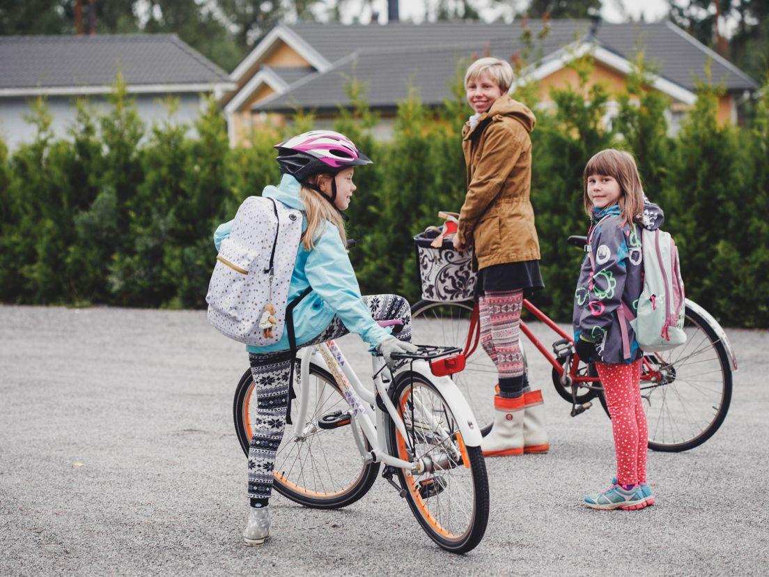 Två flickor och deras mamma cyklar