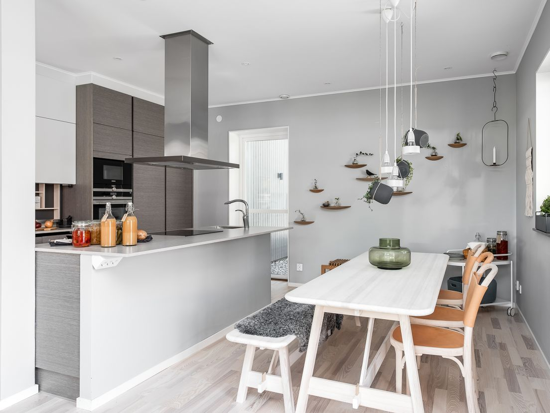 Ett grått och modernt kök i en nyproducerad villa