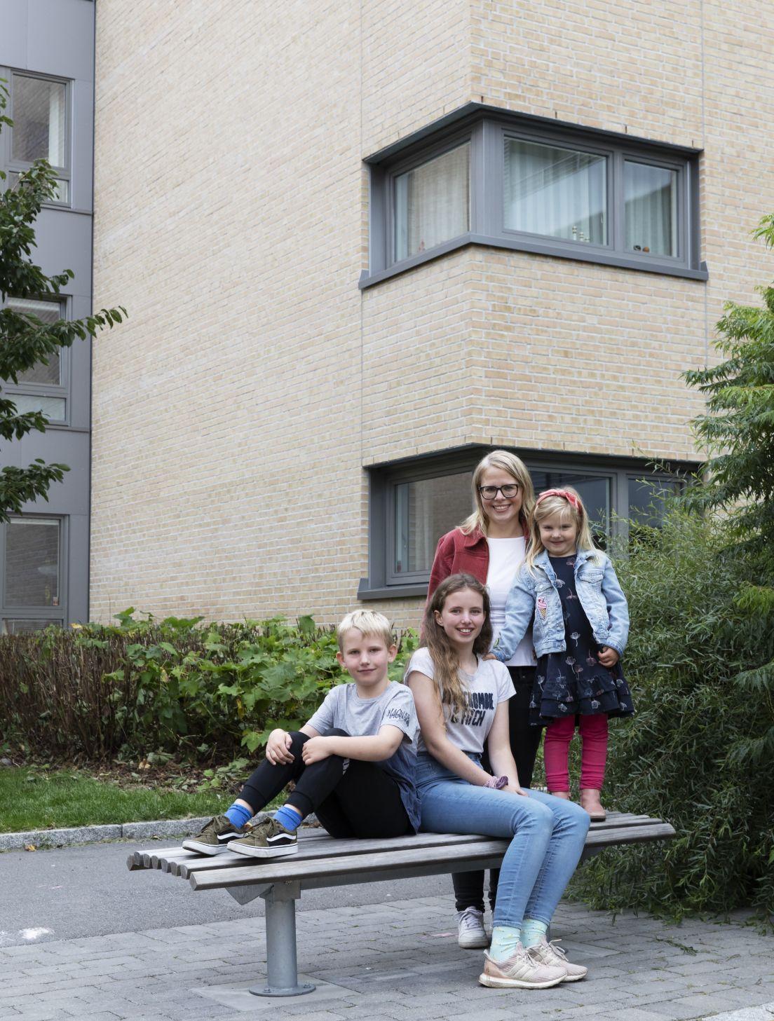 Bilde av familien Olbergsveen i uteområdet på Løren