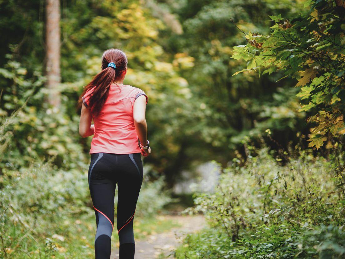 kvinna som motionerar i löpspår