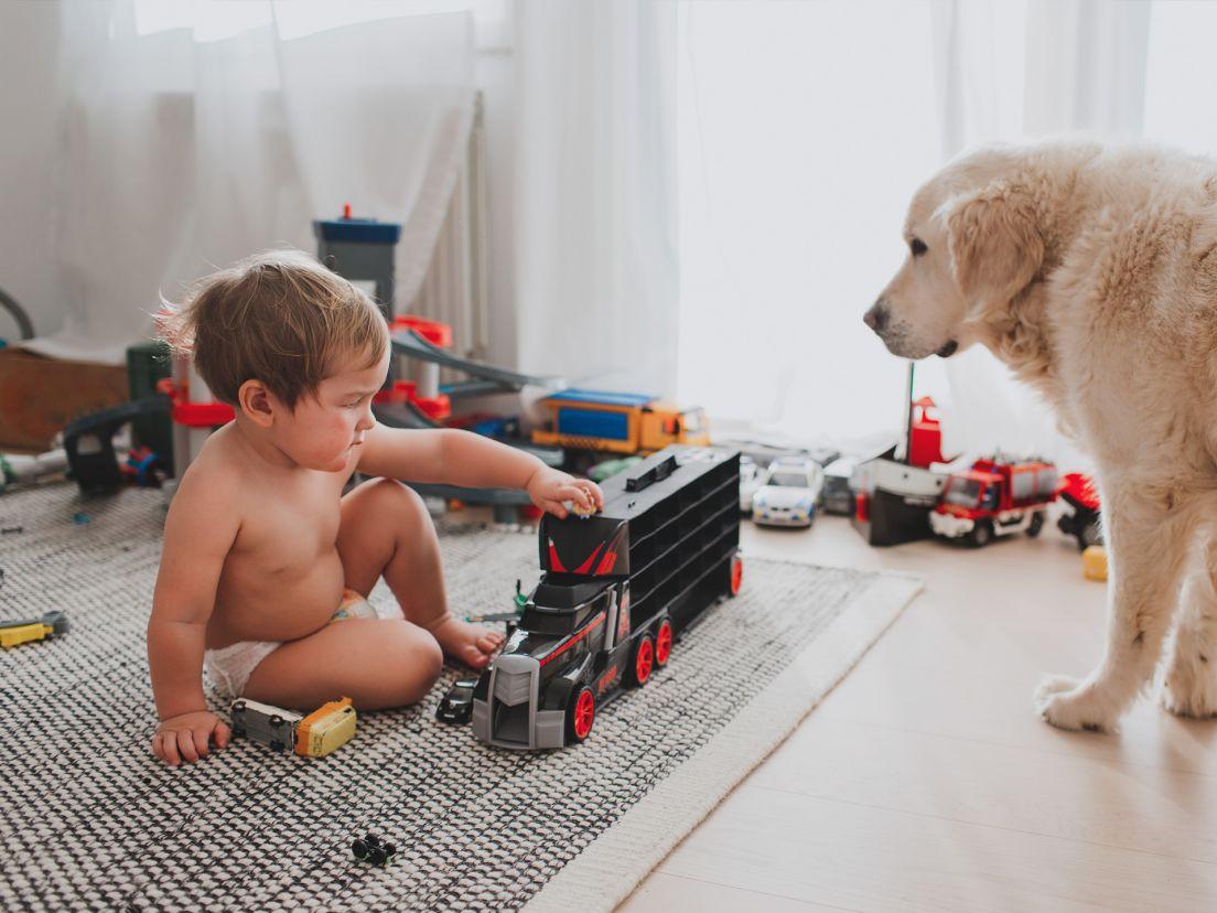 ett barn leker i sitt rum