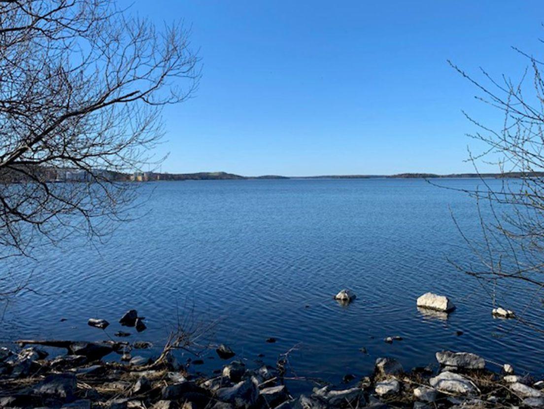 standkant på en sjö
