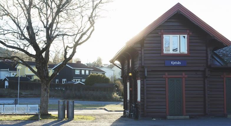 Foto av bygg på Kjelsås togstasjon.