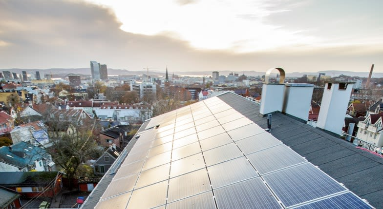 Bildet viser solcellepanel på et tak.