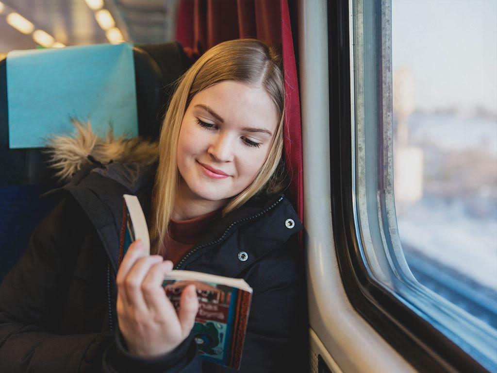En tjej sitter och filosoferar på en buss