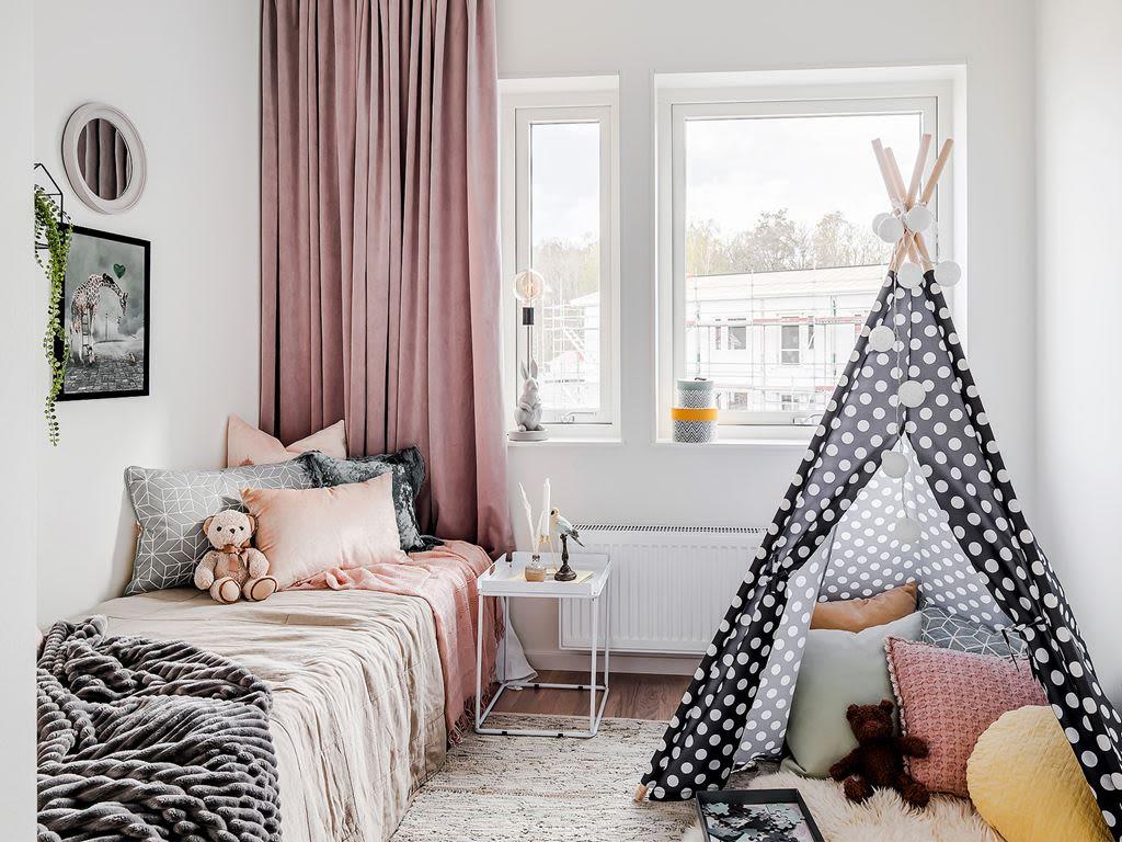 en säng i ett ungdomsrum