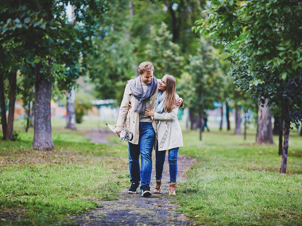 ett par på promenad i grönområde