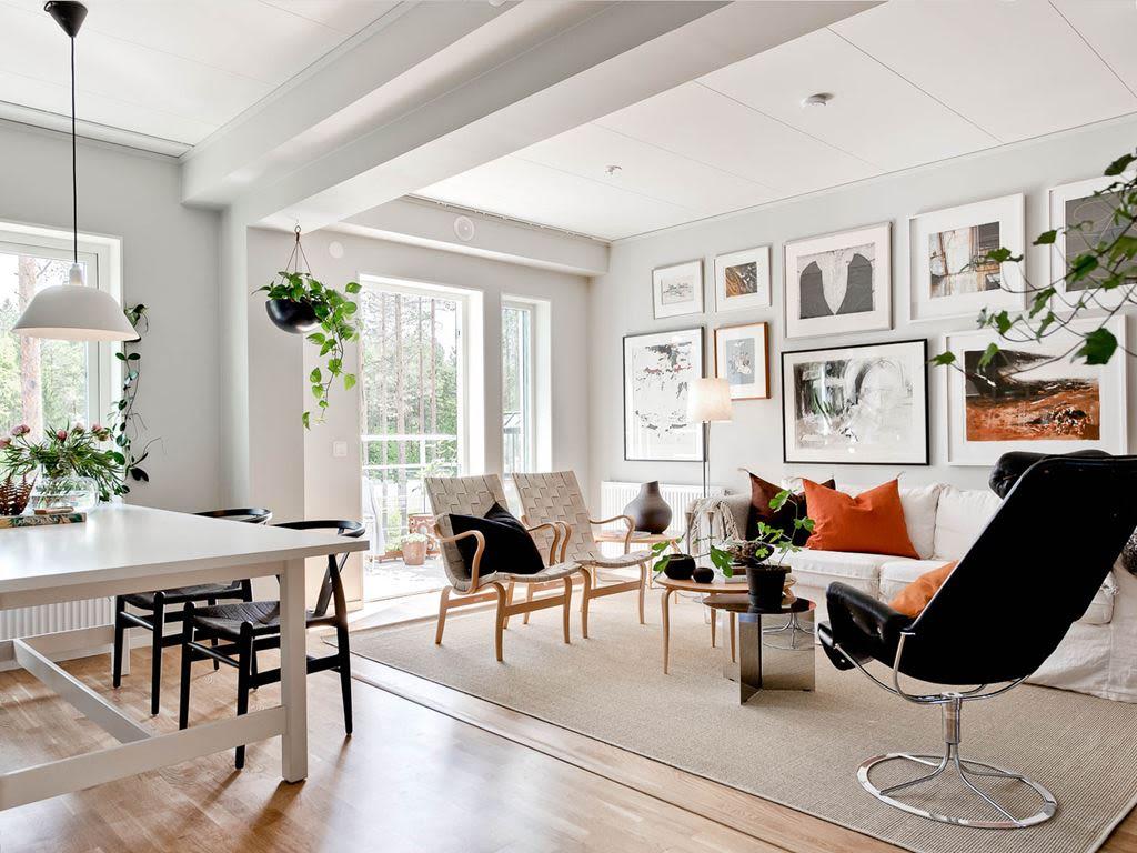 Ett matsalsbord och en soffa i ett vardagsrum
