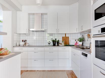 Ett litet vitt och modernt kök