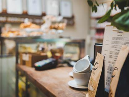 Kaffekoppar på ett café i Habo i Småland