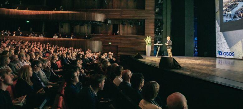 Bilde fra salen og foredragsholder i Operaen i Oslo.