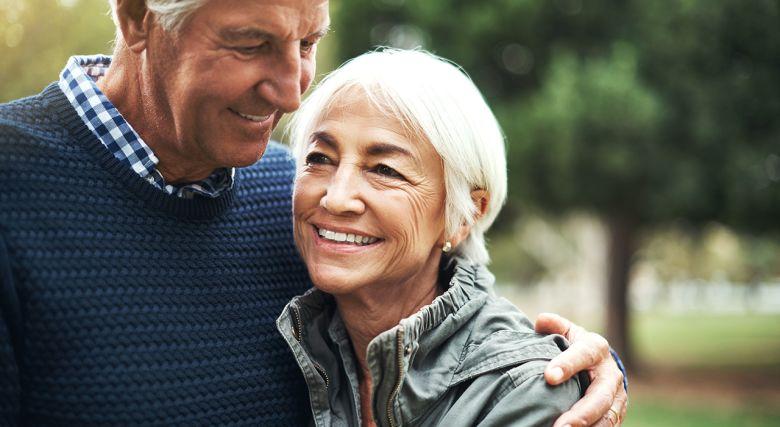 Eldre par som klemmer