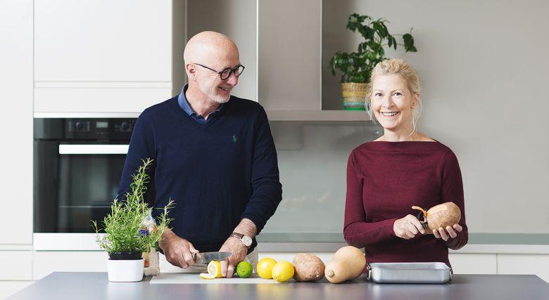 Illustrasjonsfoto av et eldre par på et kjøkken.