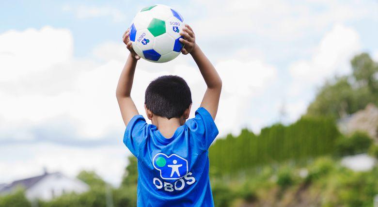 Illustrasjonsfoto av en gutt som holder en fotball.