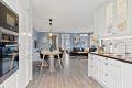 Åpent mellom stue og kjøkken gir en god atmosfære