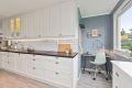 En hyggelig krok på kjøkkenet med plass for skrivebord