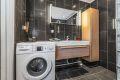 Badet er ustyrt med servant, dusjnisje, toalett og opplegg for vaskemaskin