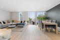 Stuen har lyse og moderne farger med ledspotter i tak og nytt laminatgulv