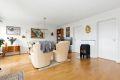 Stuen er lys og luftig med god plass for møblering