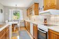 Pent kjøkken med profilerte fronter og godt med benke- og skapplass