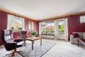 I stuen er det et ekstra vindu som slipper inn godt med naturlig lys
