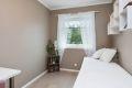 Soverommet er av fin størrelse og har vindu som vender mot øst