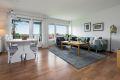 Stuen er lys og luftig med god plass til både en sittegruppe og et spisebord