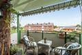 Solrik balkong med utsikt mot elva