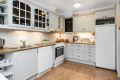 Kjøkkenet har godt med benke- og skapplass