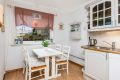 Her er det også plass til et kjøkkenbord ved vinduet hvor man kan nyte morgensolen
