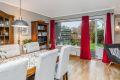 I stuen er det store vindusflater som slipper inn naturlig lys
