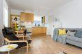 Det er åpen løsning mellom stue og kjøkken