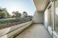 Stor og solrik terrasse - stort potensiale for å gjøre uteplassen hyggelig