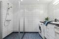 Bade er romslig og det er god plass til vaskemaskin og tørketrommel.
