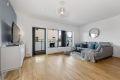 Innbydende stue med store vinduer som gir godt med lys inn.
