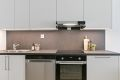 Videre er kjøkkenet utstyrt med 1,5 oppvaskkum, ettgrepskran og avtrekksventilator. Alle hvitevarer på kjøkkenet følger leiligheten ved salg