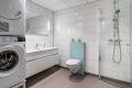 Moderne innredning, samt veggehengt toalett og innfellbare dusjdører