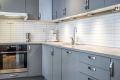Benkrygg med kitchenboards og god belysning med downlights