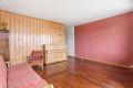 Romslig stue med god plass til sofa med tilhørende møblement.