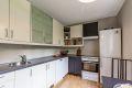 Kjøkkenet har god benke- og skapplass