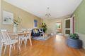 Stor stue med plass til både sofa og spisebord.